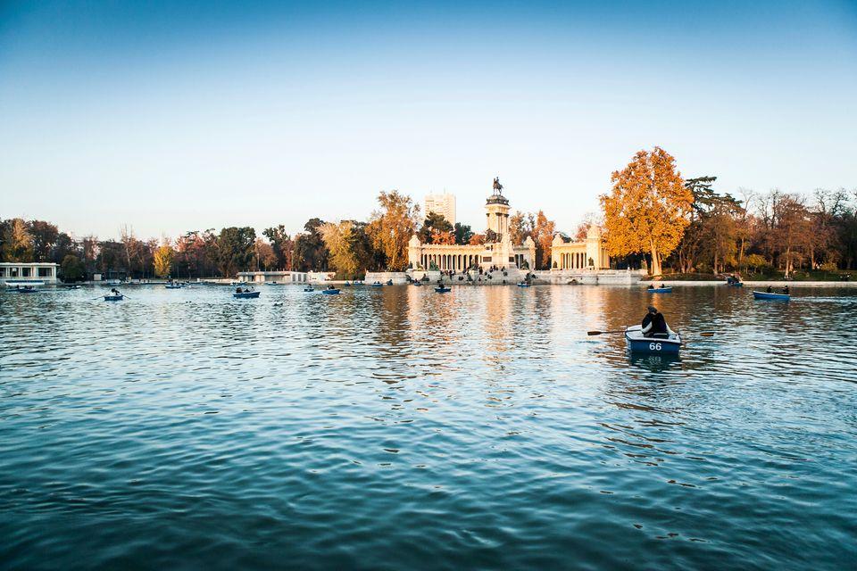 Βαρκάδα στη λίμνη του πάρκου Ελ Ρετίρο - τι να δείτε και να κάνετε στη Μαδρίτη