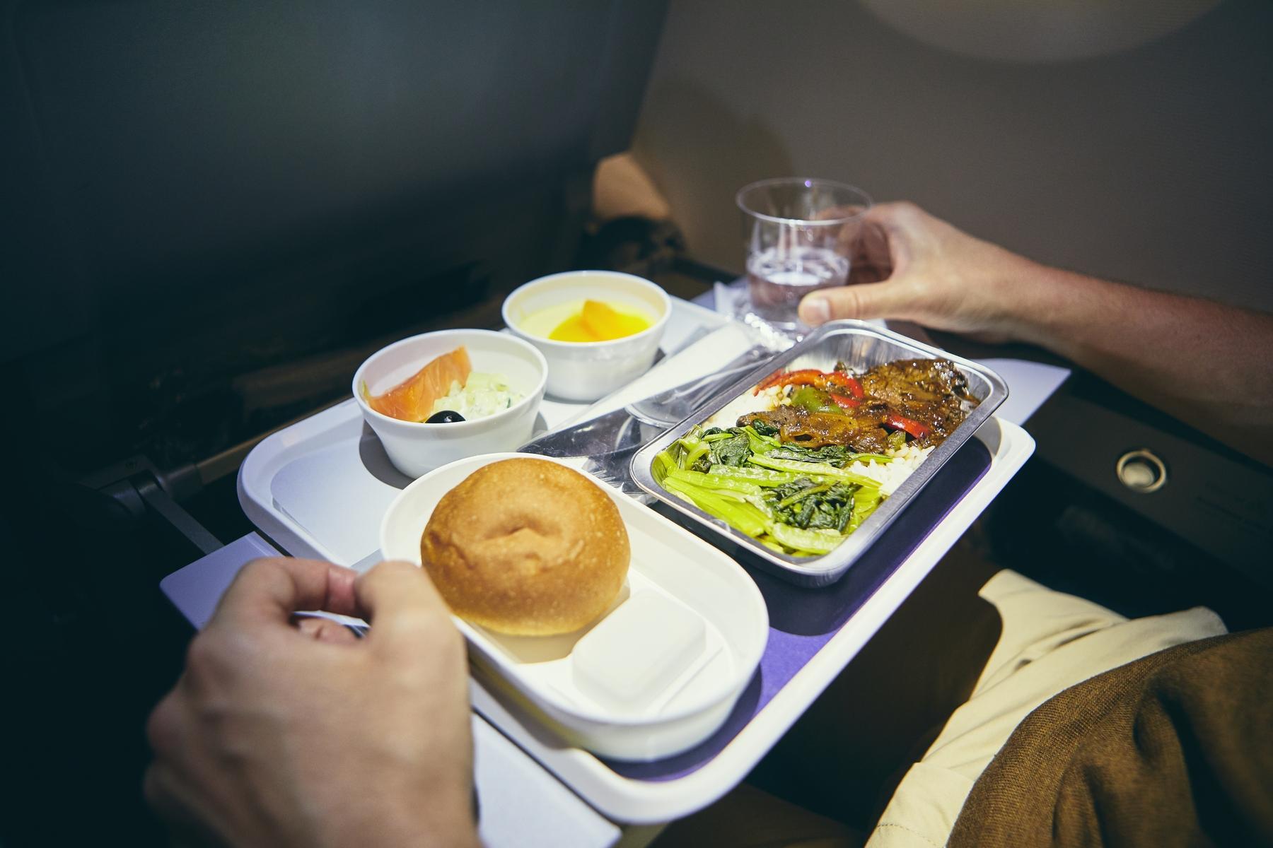 Горячее питание на длительном рейсе экономкласса