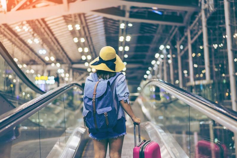 空港から旅立つ女性