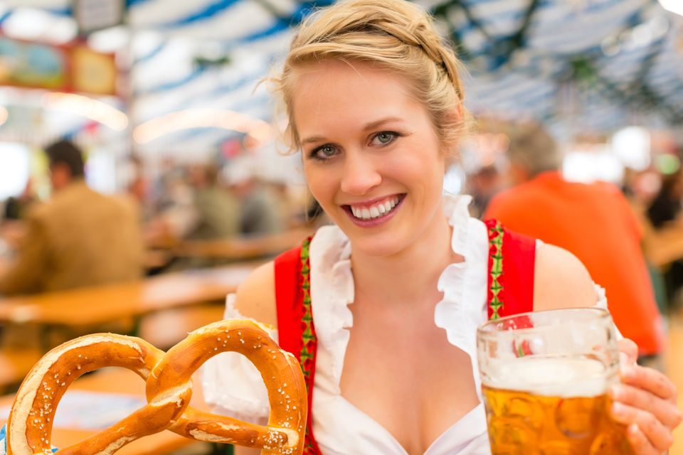 Γυναίκα με μπίρα και pretzel στο Oktoberfest του Μονάχου - τοπ 20 φθινοπωρινοί προορισμοί
