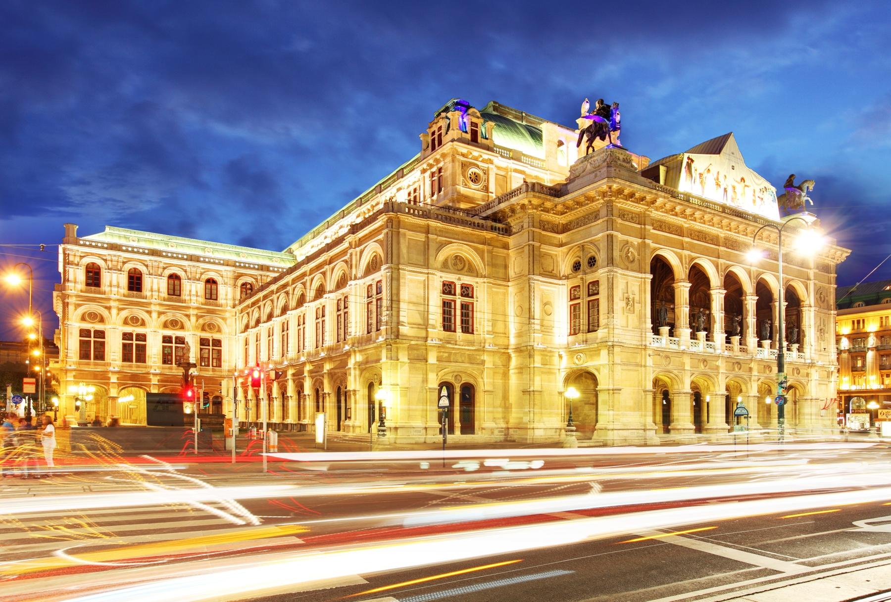 Вечерняя подсветка на здании Венской оперы