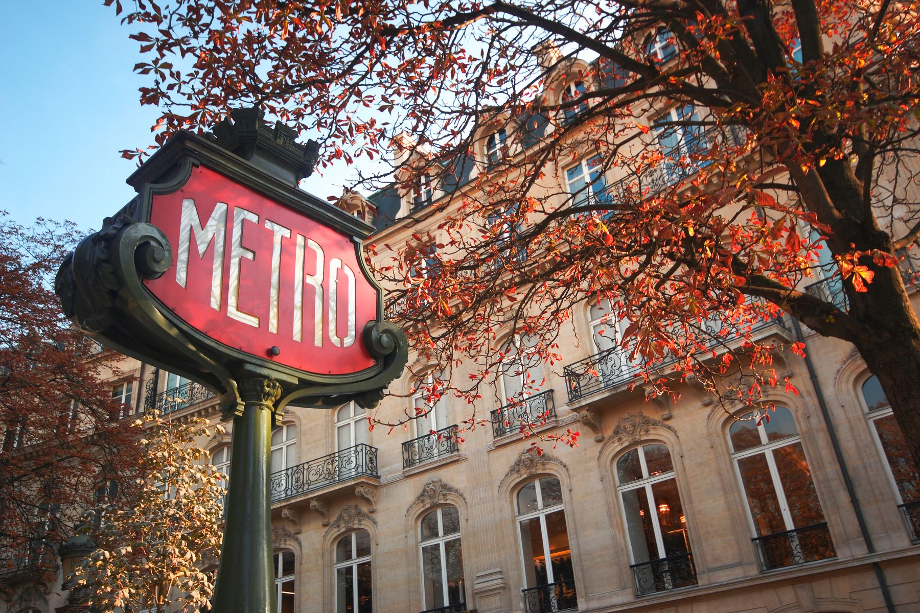 A signfor the Paris metro underground train