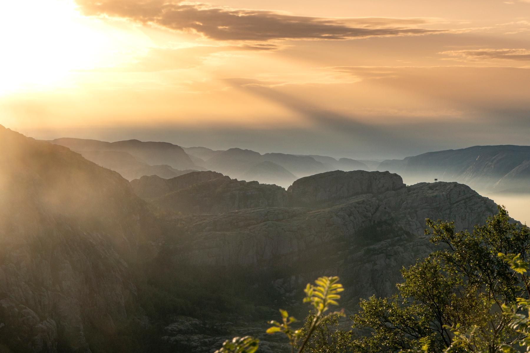 Sonnenaufgangs über dem Lysefjord auf dem Preikestollen
