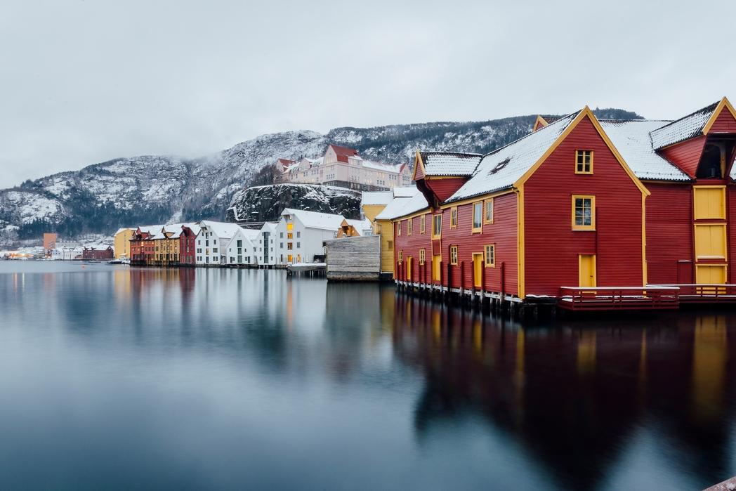 Σπίτια δίπλα στη θάλασσα στο Μπέργκεν της Νορβηγίας
