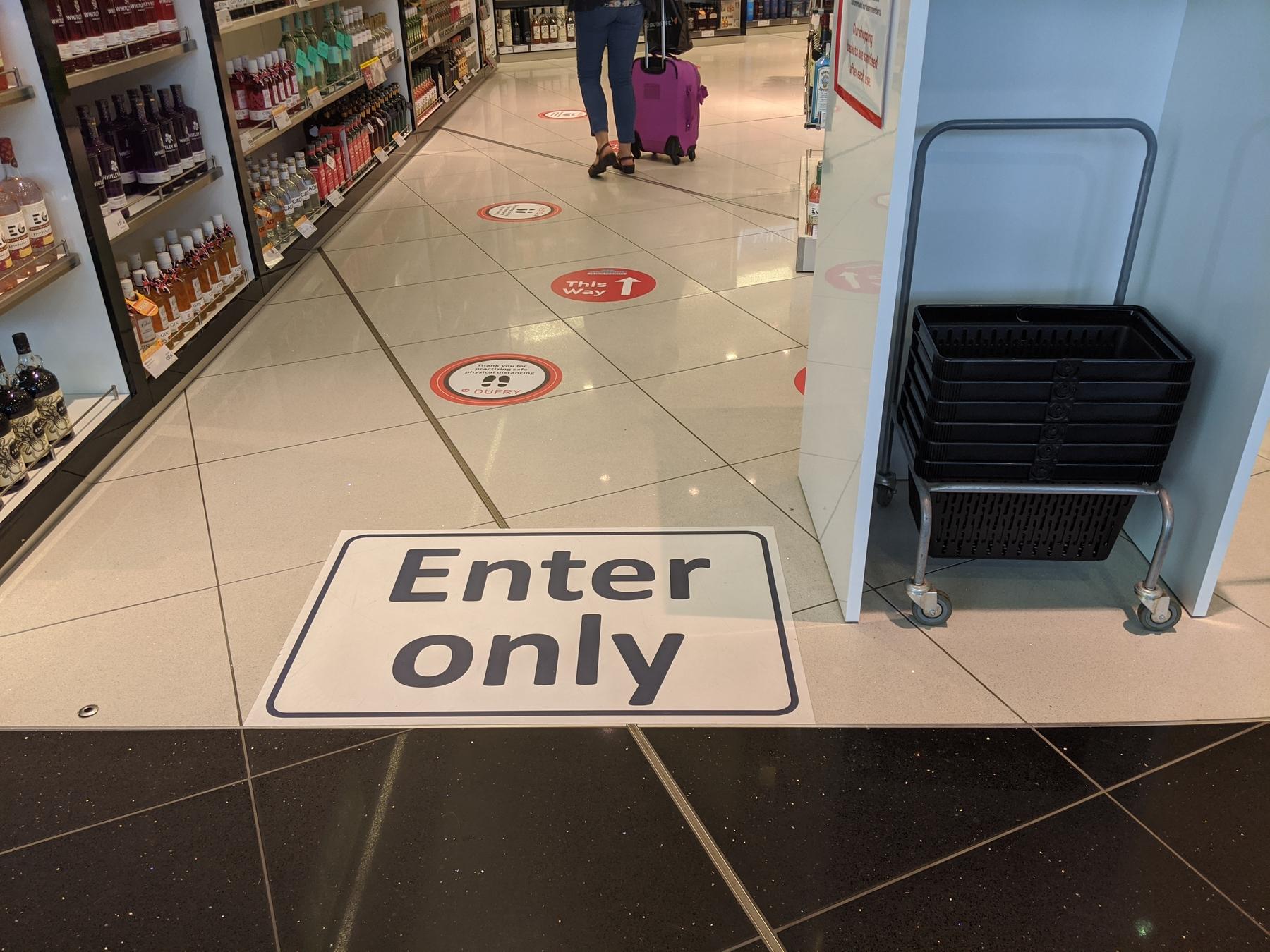 Respectez la distanciation sociale à l'aéroport pendant le coronavirus