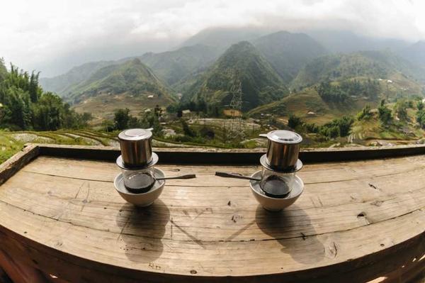 Φλιτζάνια καφέ με θέα τα βουνά - διακοπές στο Βιετνάμ