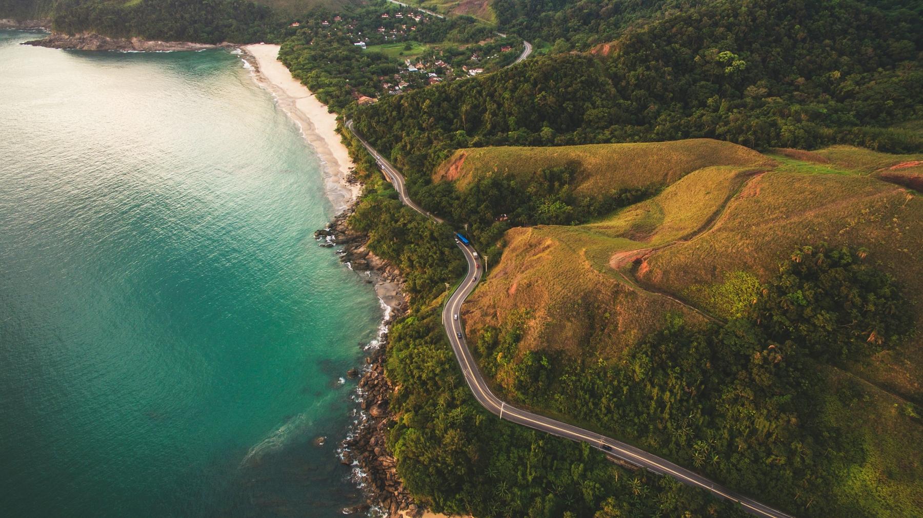 Foto aérea da rodovia que dá acesso a Praia de Toque Toque, em São Sebastião. Trecho faz com que BR-101 seja considerada uma das estradas mais bonitas do Brasil.