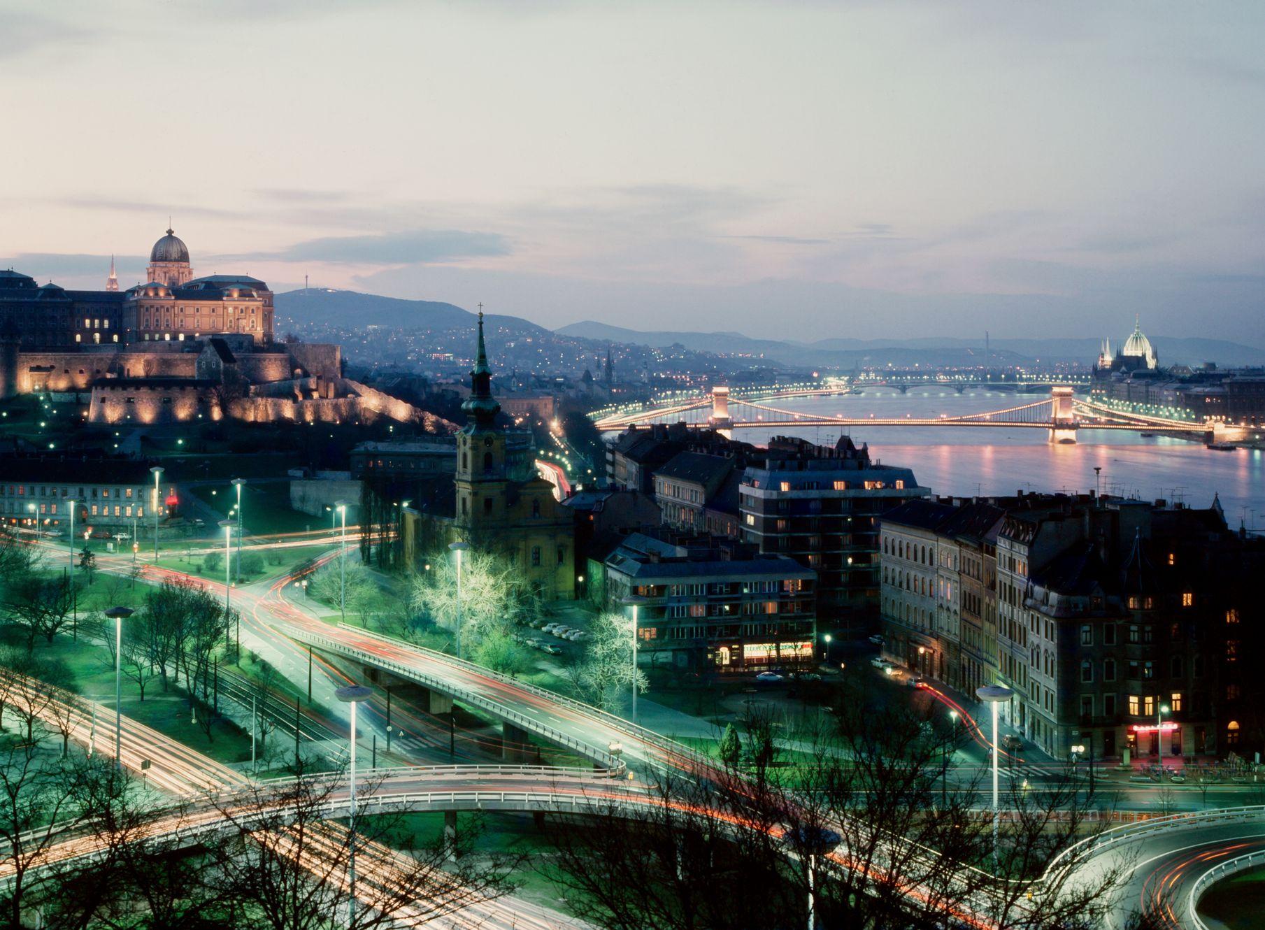 Πανοραμική θέα στο Κάστρο της Βουύδας και τον Δούναβη τη νύχτα - η Βουδαπέστη αποτελεί αφετηρία για city-hopping στην Ευρώπη