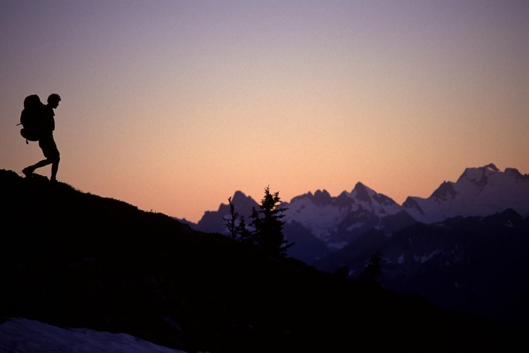 Πεζοπορία στο χιονισμένο βουνό το ηλιοβασίλεμα
