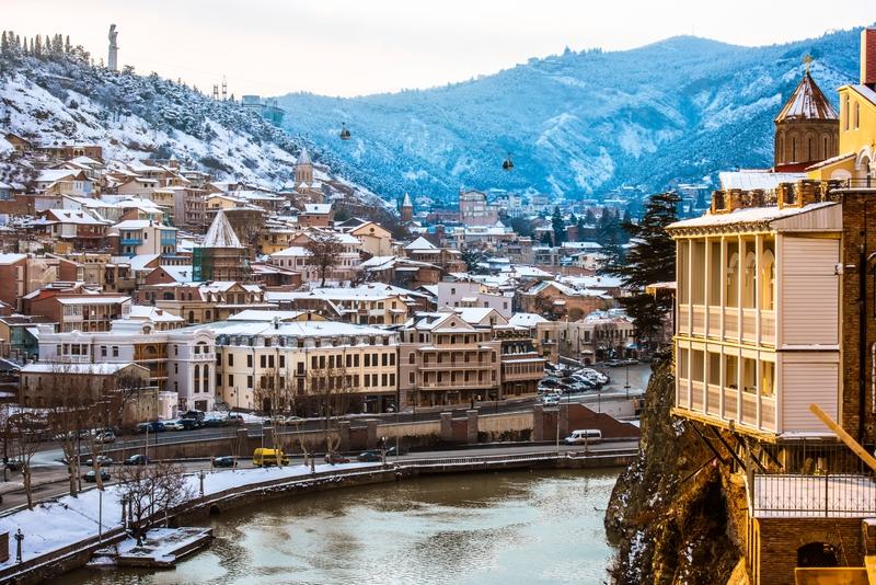 Вид на реку Куру и дома старого Тбилиси в Грузии