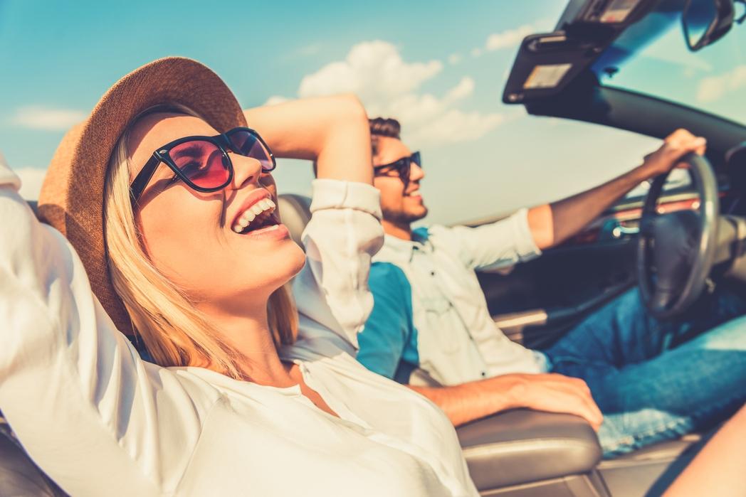 Χαρούμενο ζευγάρι σε κάμπριο αυτοκίνητο