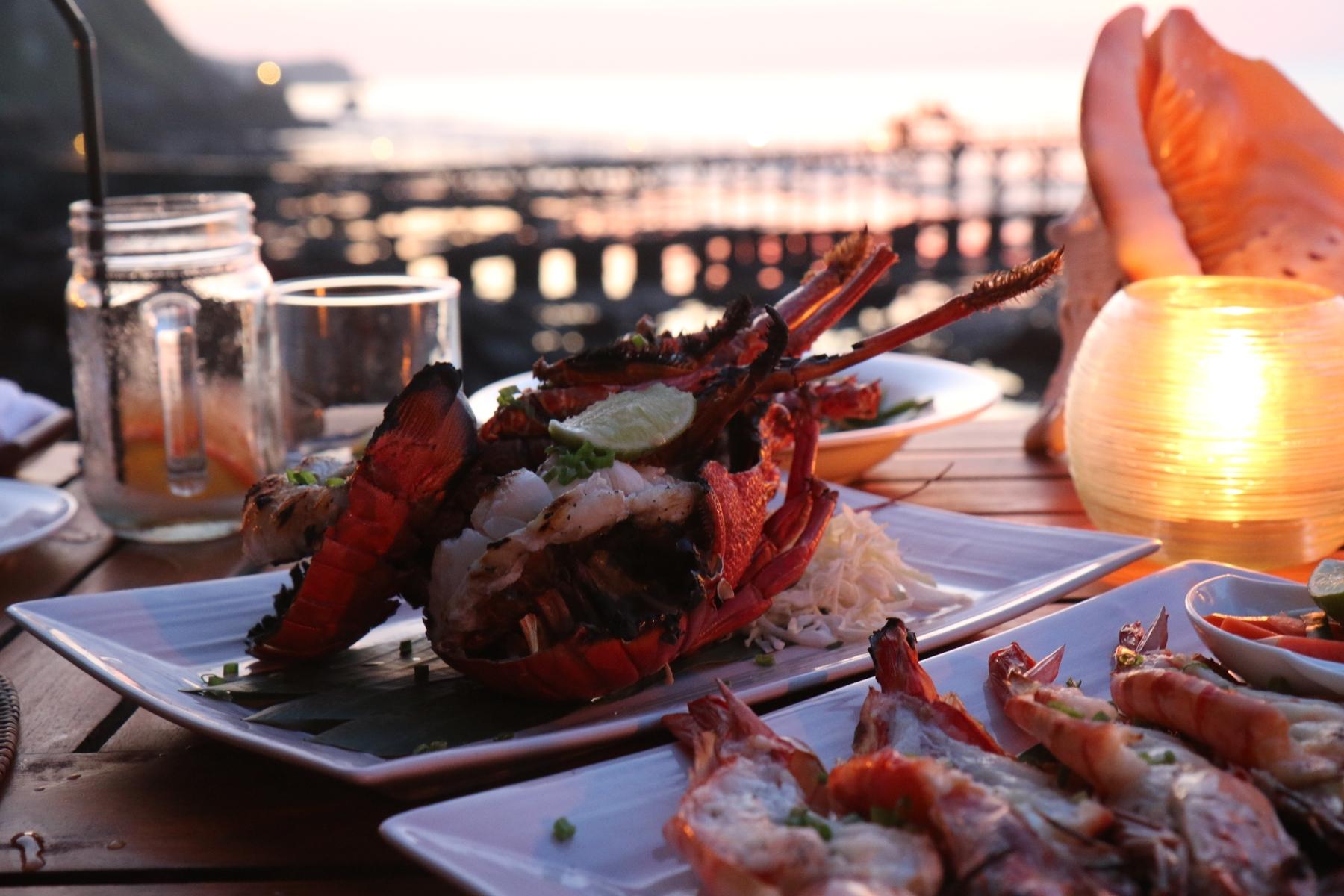 Свежие морепродукты на ужине в ресторане у моря