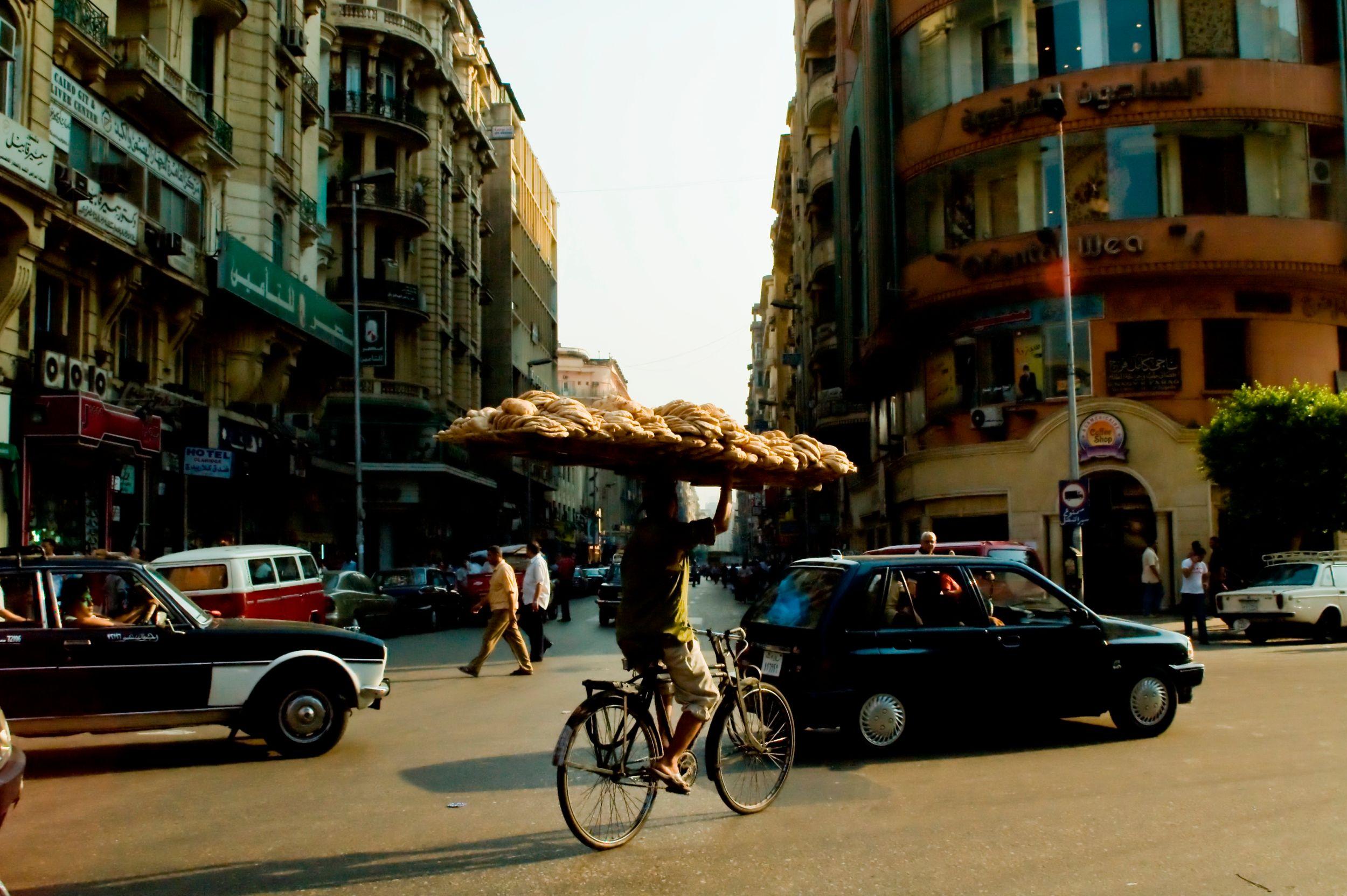 Πωλητής με κουλούρια πάνω σε ποδήλατο στο Κάιρο της Αιγύπτου - city-hopping στη μεσογειακή Αφρική