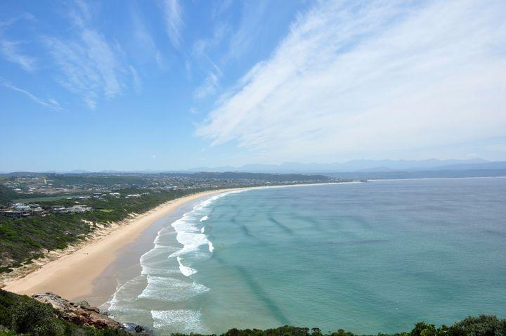 Πανοραμική θέα στην παραλία Plettenberg Bay, μέρος του Γκάρντεν Ρουτ στη Νότια Αφρική