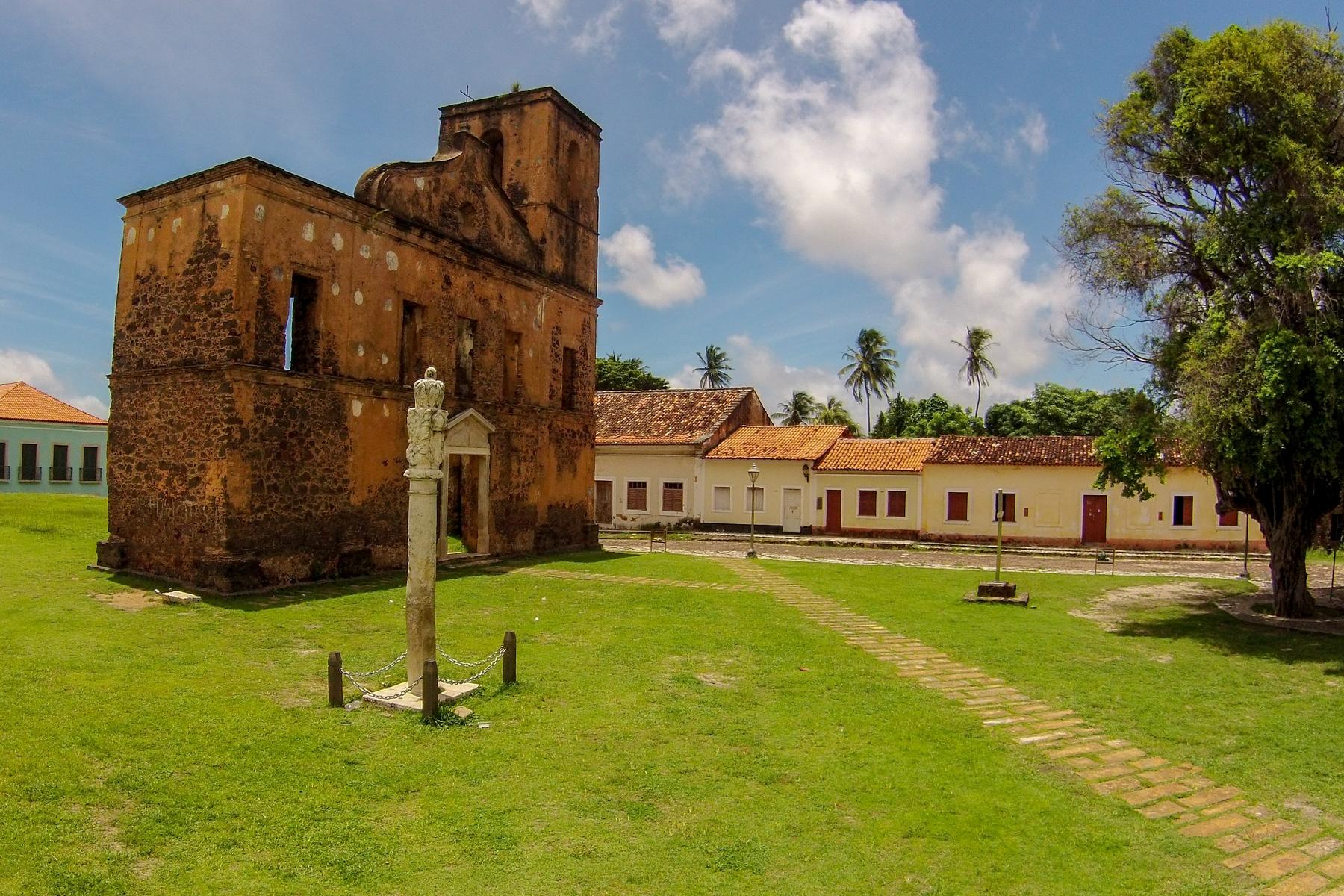 Ruínas da Igreja de São Matias na Praça da Matriz em Alcântara no Maranhão