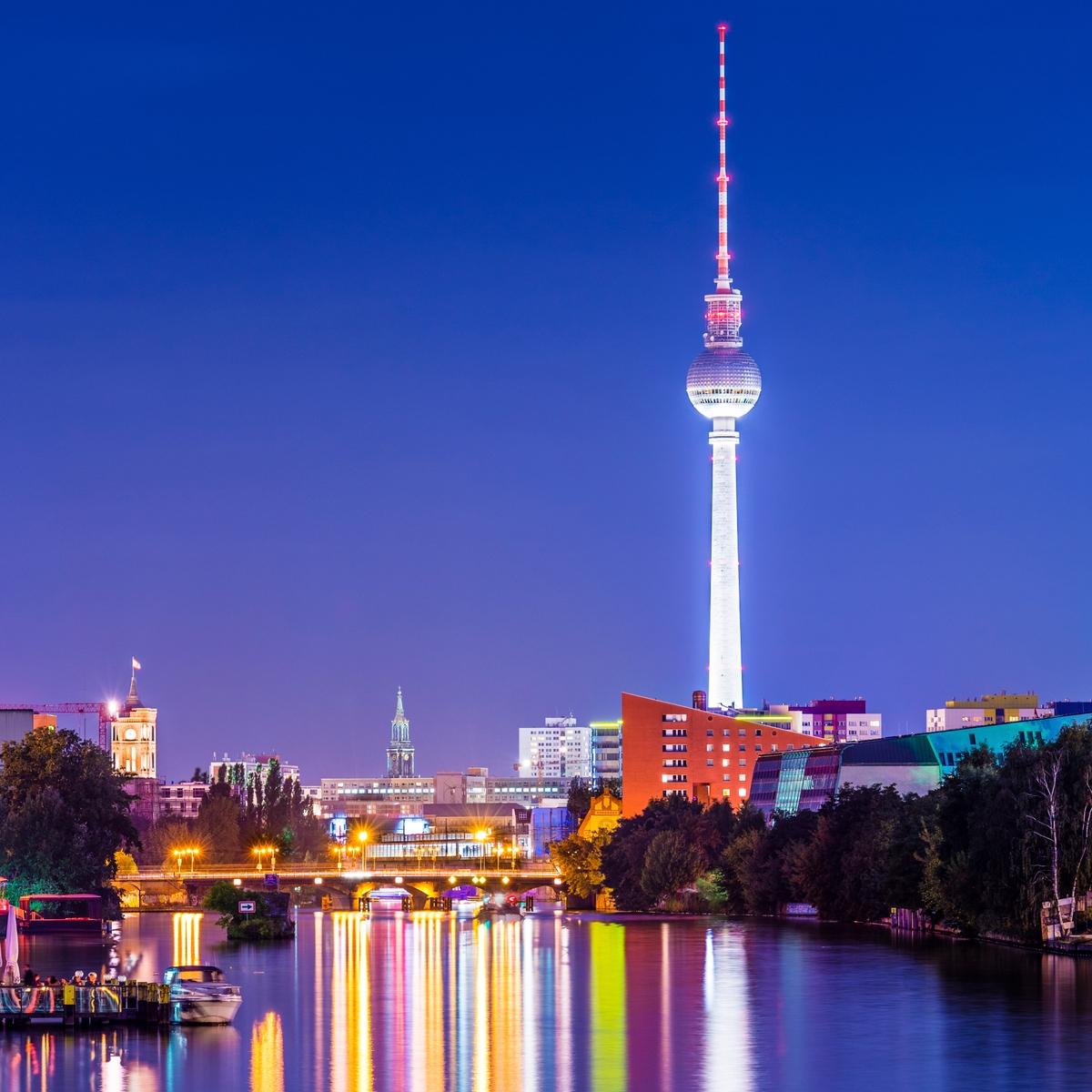 O Πύργος της Τηλεόρασης στην Alexanderplatz του Βερολίνου τη νύχτα - ταξίδι το Πάσχα στην Ευρώπη