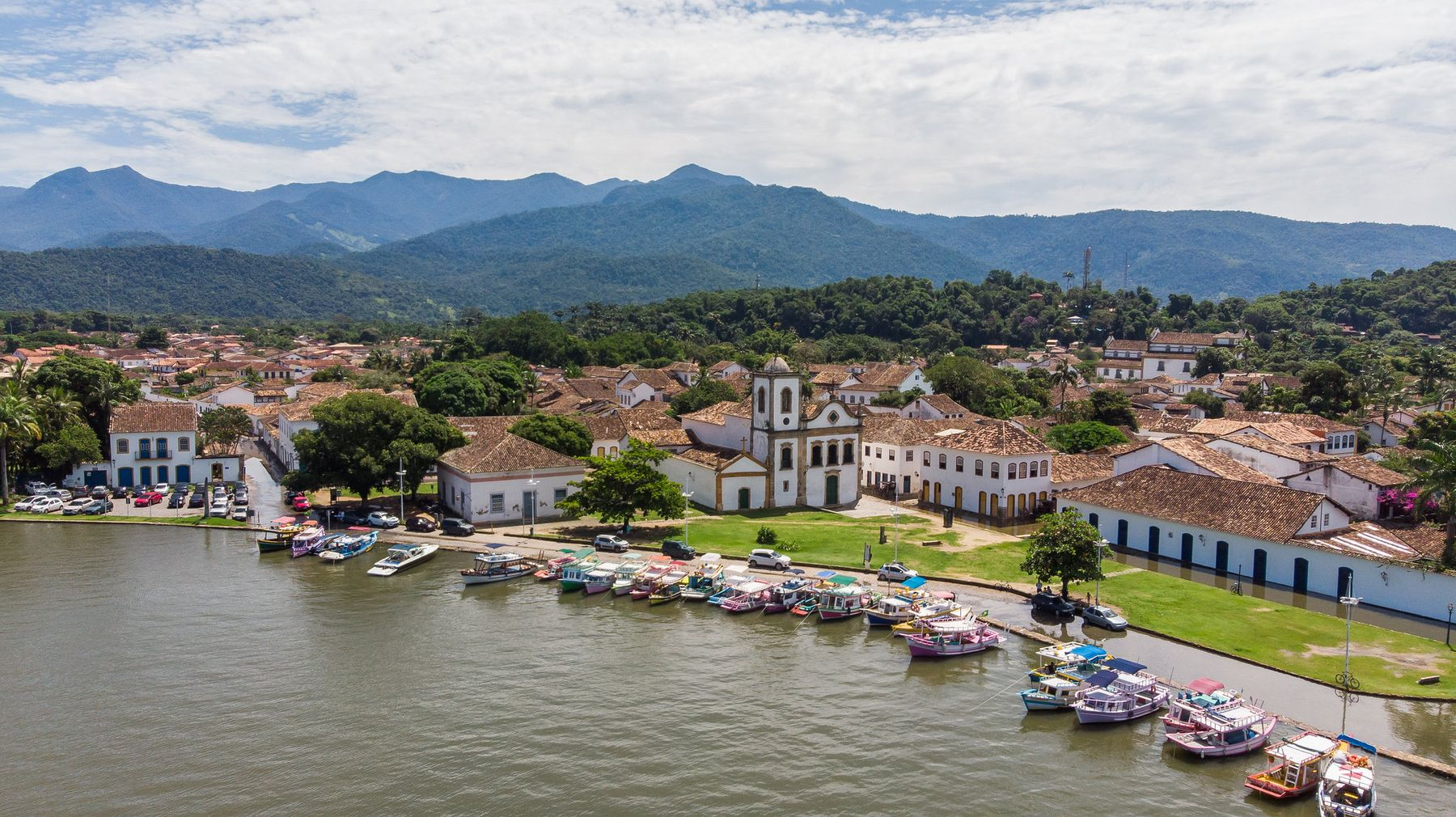 Vista aérea da cidade de Paraty no Rio de Janeiro - cidade pequena com praia considerada uma das mais bonitas do Brasil