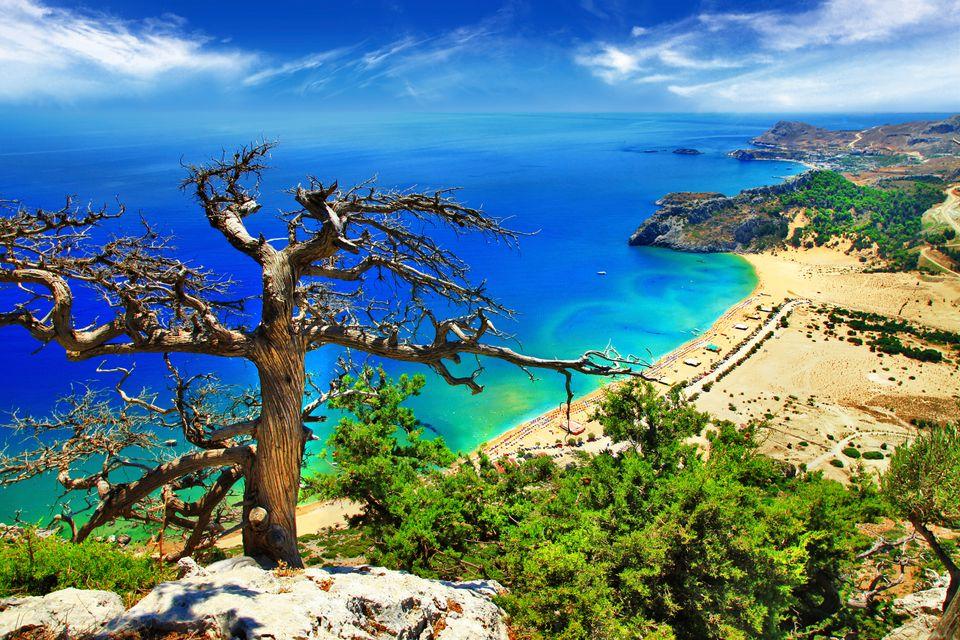 Θέα προς τη θάλασσα και μία απ' τις πανέμορφες παραλίες της Ρόδου