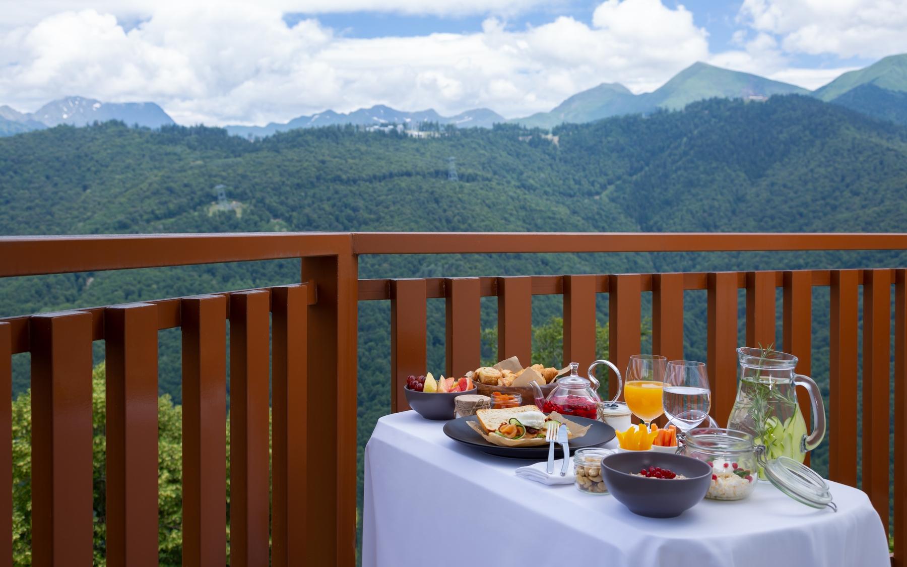 Завтрак в отеле с видом на вершины — бесценно