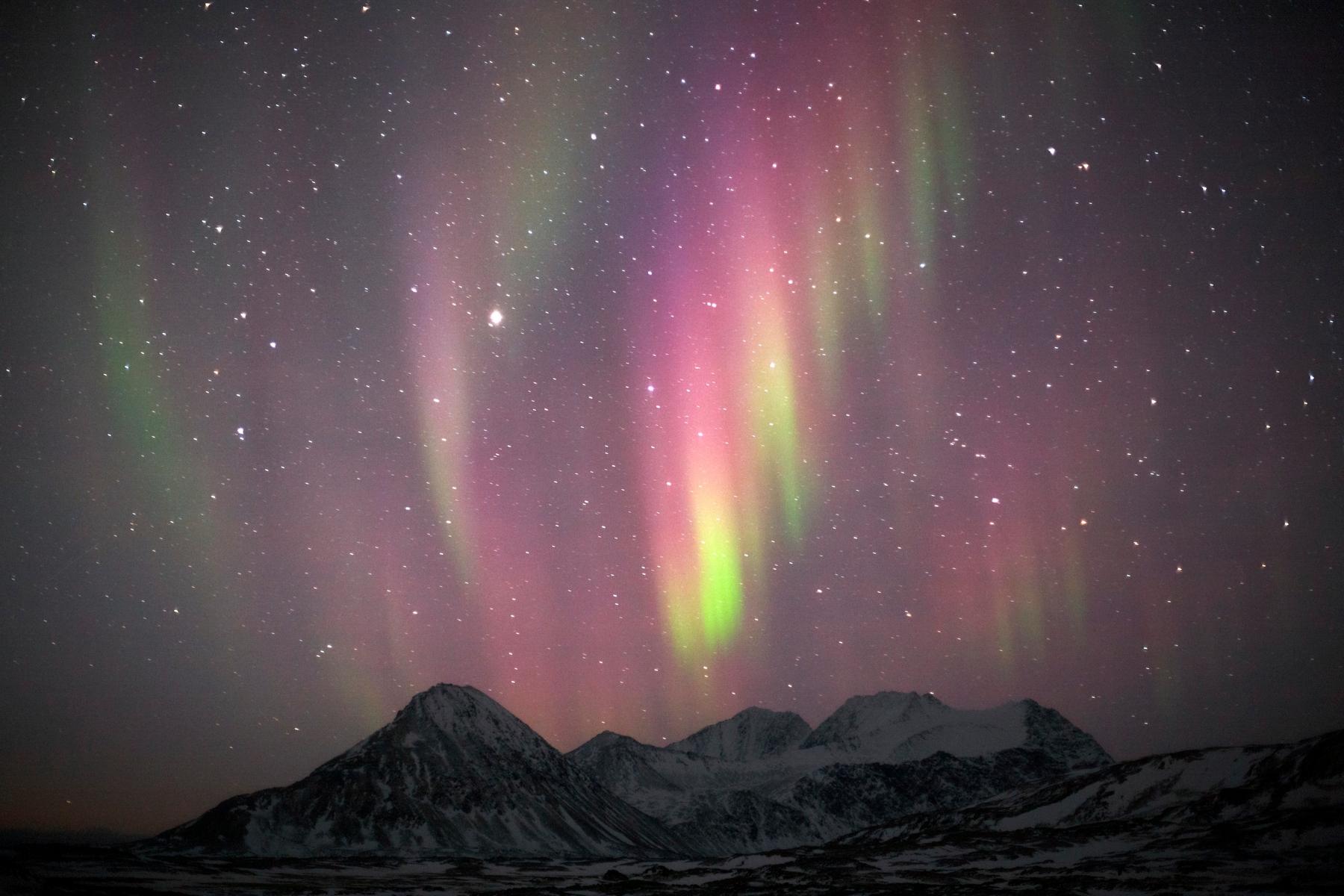 Красивое северное сияние на полярном архипелаге Шпицберген (Свальбард)  в Северном Ледовитом океане, между 76°26' и 80°50' северной широты и 10° и 32° восточной долготы. Самая северная часть Норвегии
