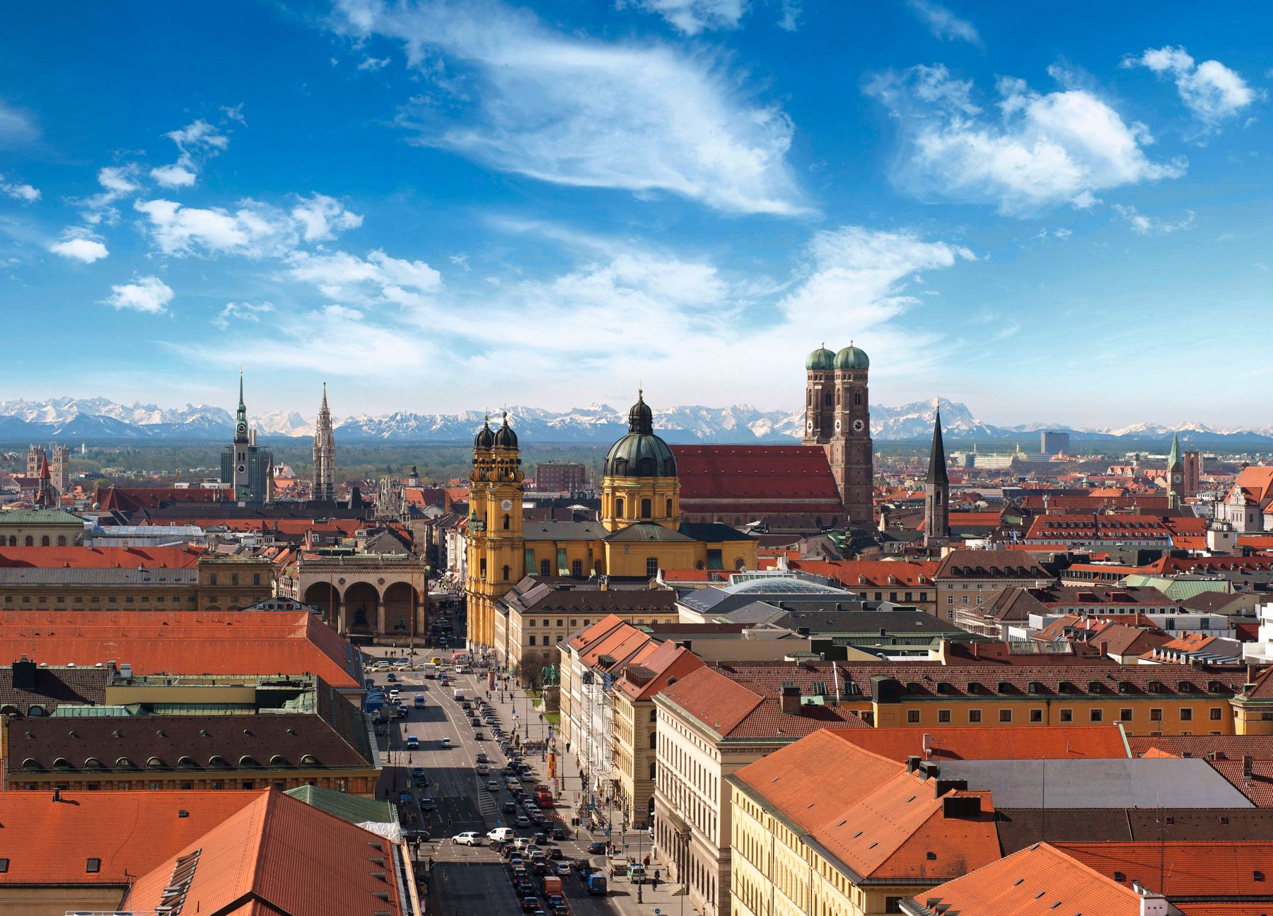 Вид на Мюнхен и Фрауэнкирхе на фоне заснеженных Альп