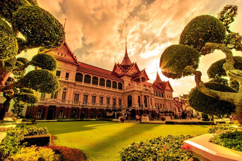 Το μεγαλειώδες Μεγάλο Παλάτι με τους φροντισμένους κήπους, ένα απ' τα καλύτερα αξιοθέατα που θα δείτε σ' ένα ταξίδι στη Μπανγκόκ, Ταϊλάνδη