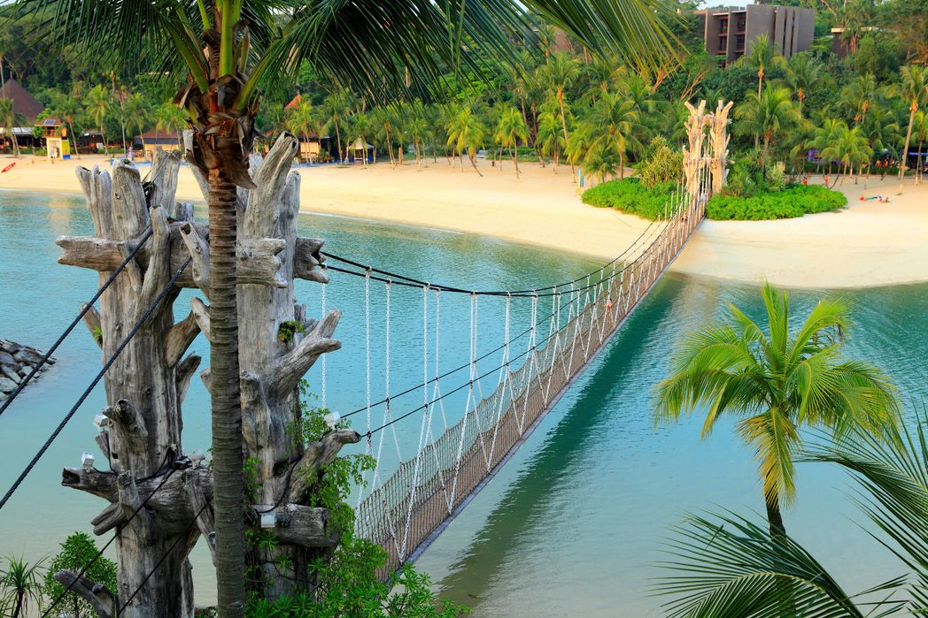 Το πέρασμα απ' την κρεμαστή γέφυρα που οδηγεί στο νοτιότερο σημείο της ηπειρωτικής Ασίας, παραλία Palawan, νησί Sentosa