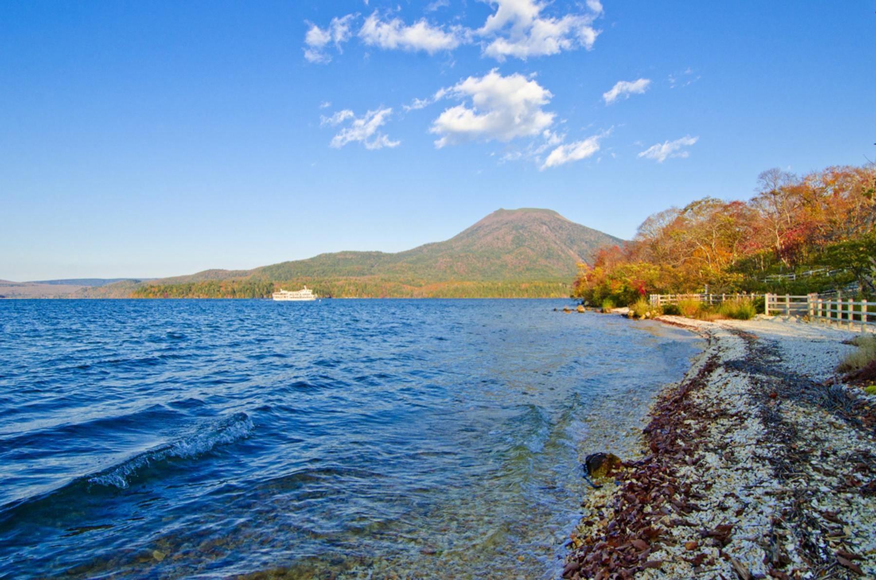 北海道 紅葉した木々に囲まれた阿寒湖