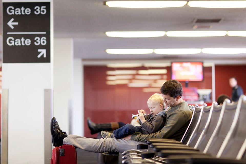 Άντας με παιδί σε αίθουσα αναμονής αεροδρομίου