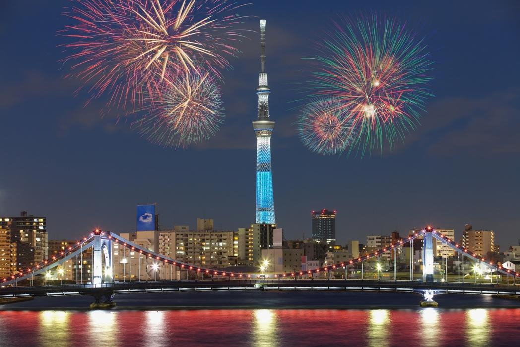 Πυροτεχνήματα στο βραδινό ουρανό του Τόκιο