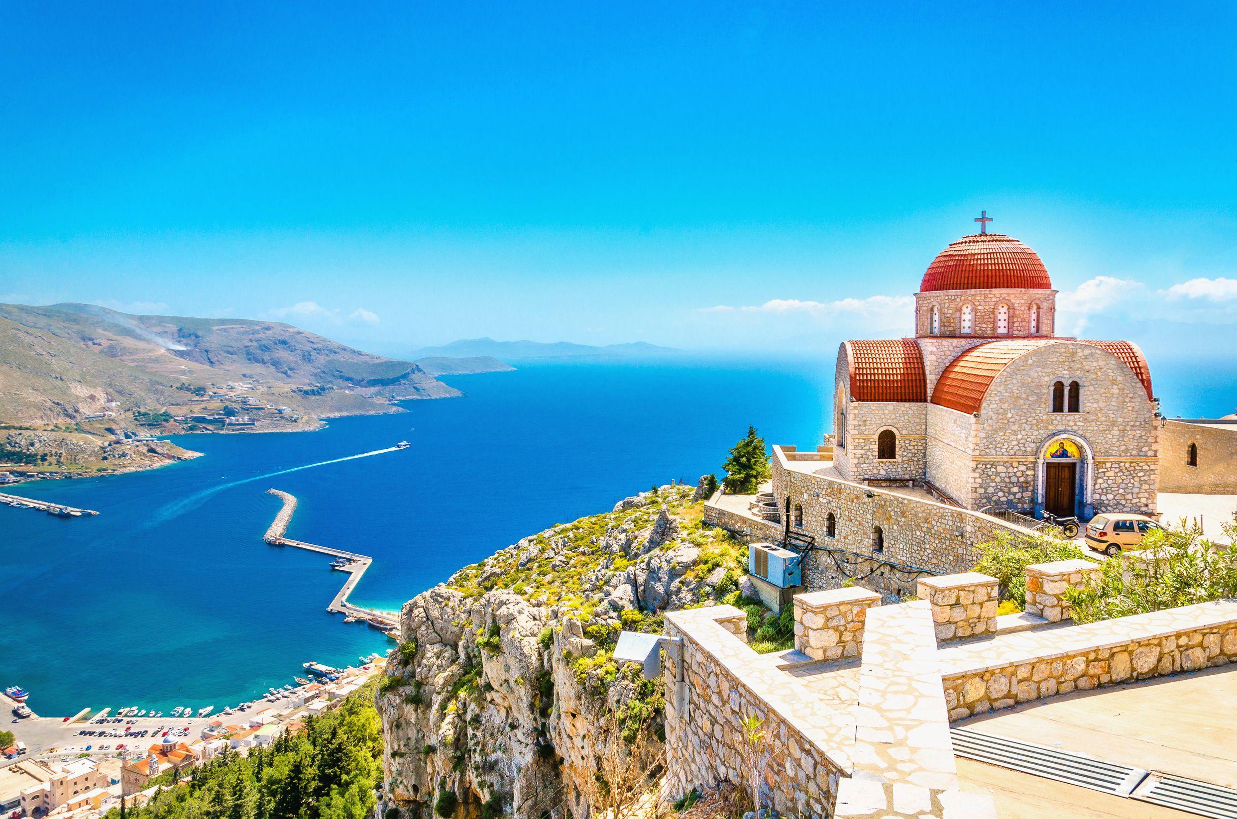 Ο Άγιος Σάββας, από τα ωραιότερα αξιοθέατα της Καλύμνου, αγναντεύει την Πόθια από ψηλά