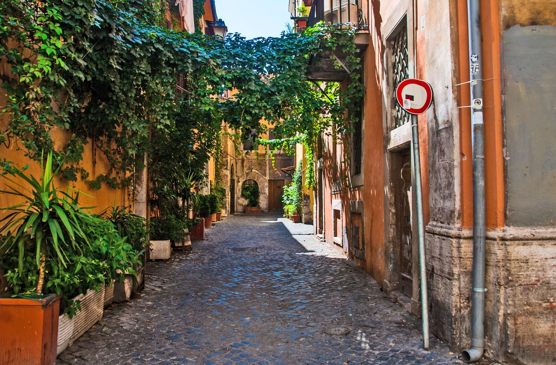 Аллея в римском районе Трастевере, Италия