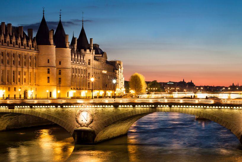 To ρομαντικό Παρίσι φωτισμένο το σούρουπο