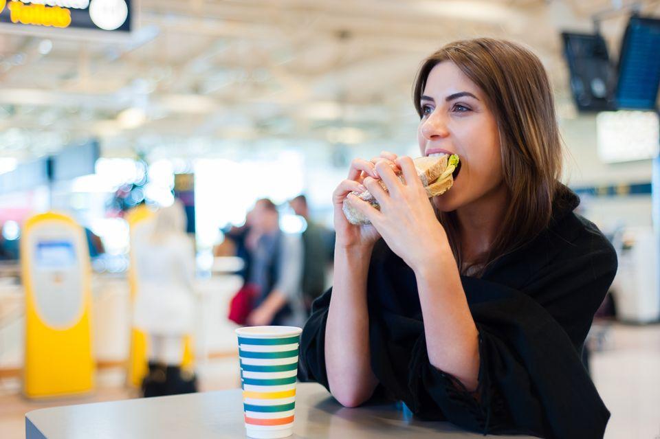 Бортовое питание и напитки в самолете во время COVID-19: всё, что нужно знать, и всё, что можно взять