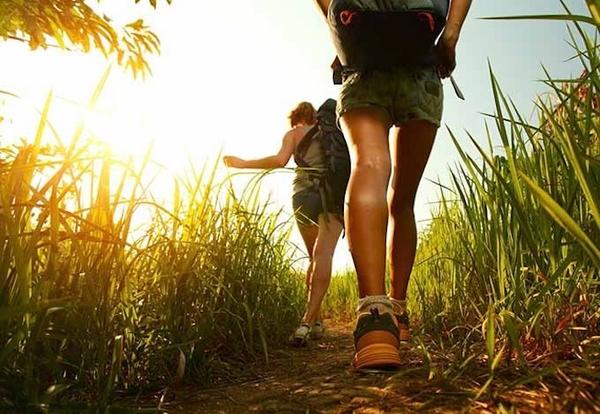 Δύο κοπέλες κάνουν πεζοπορία στη ζούγκλα