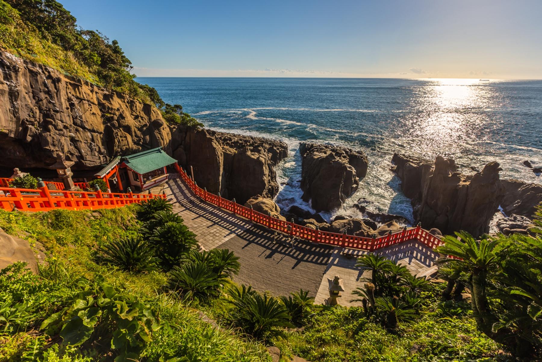 宮崎県 日南海岸に面した断崖に佇む鵜戸神宮