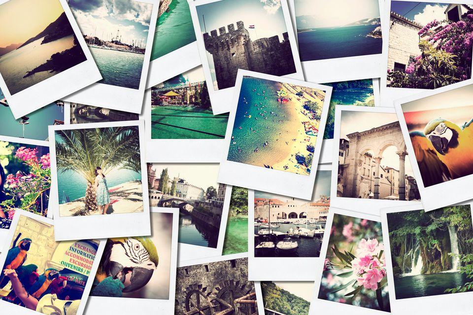 Φωτογραφίες διακοπών καρφωμένες στον τοίχο