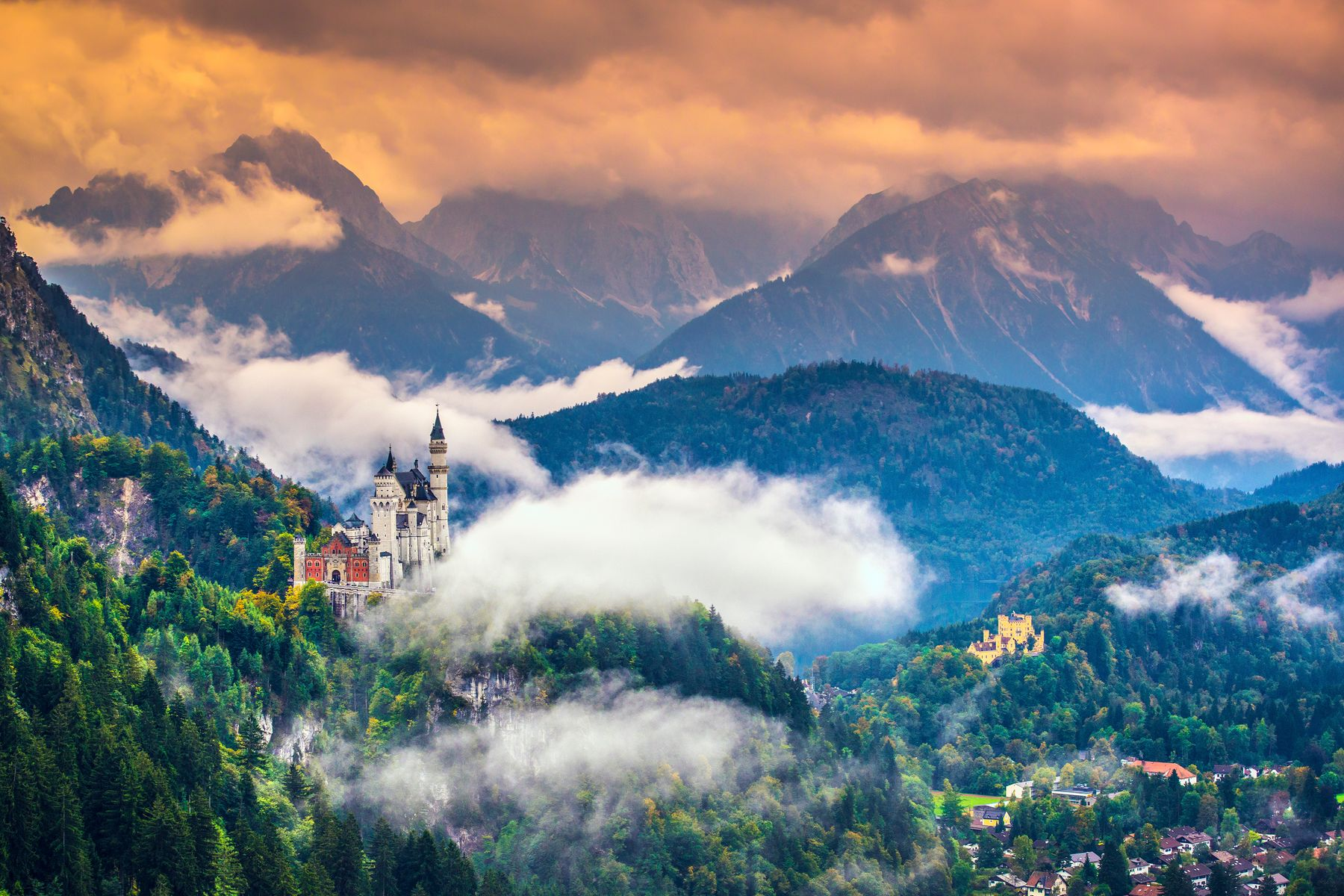 Лучшие маршруты по Германии на машине. Замок Нойшванштайн (также Нейшванштейн, нем. Schloss Neuschwanstein, буквально: «Новый лебединый утёс») — романтический замок баварского короля Людвига II около городка Фюссен и замка Хоэншвангау в юго-западной Баварии, недалеко от австрийской границы