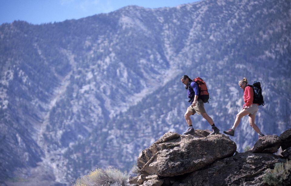 Πεζοπορία στους βράχους των γύρω βουνών