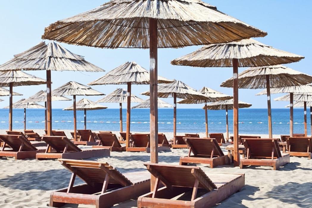 Παραλία με ξαπλώστρες, Πάρος