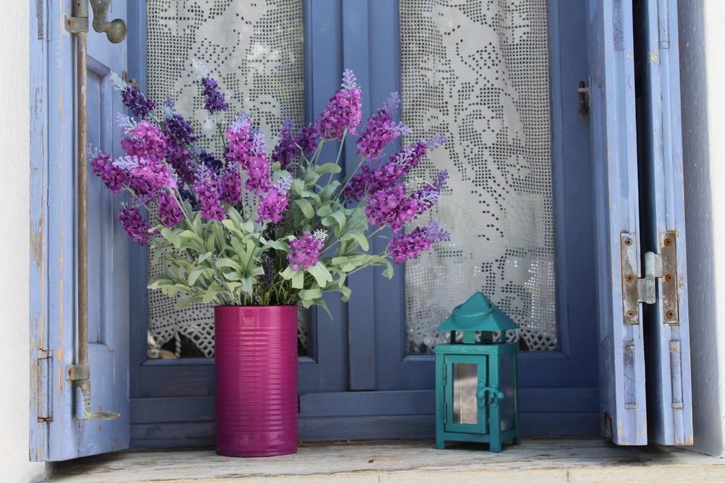 Παράθυρο με λουλούδια και φαναράκι στη Σκόπελο - πού να πάτε ταξίδι το Πάσχα στην Ελλάδα