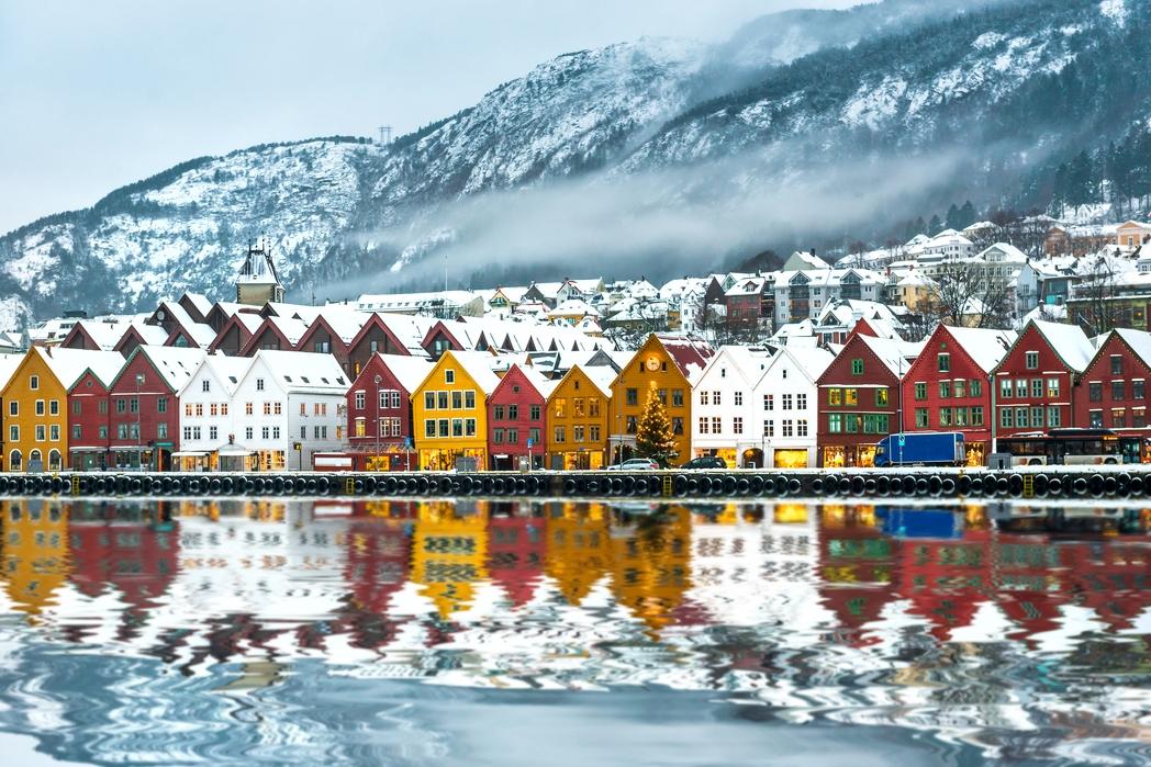 Χιονισμένες σκεπές στα χρωματιστά σπίτια του Μπέργκεν - οι καλύτεροι χειμερινοί προορισμοί στο εξωτερικό