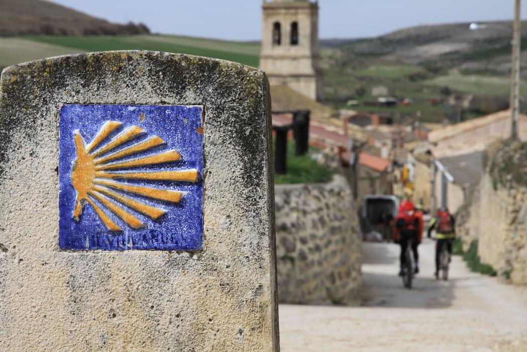 Ποδηλάτες περνάνε από το μονοπάτι του Αγίου Ιακώβου - ταξίδι περιπέτειας στη Γαλικία