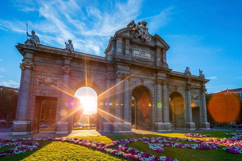 Η νεοκλασική Puerta de Alcalá, ένα απ' τα τοπ αξιοθέατα της Μαδρίτης