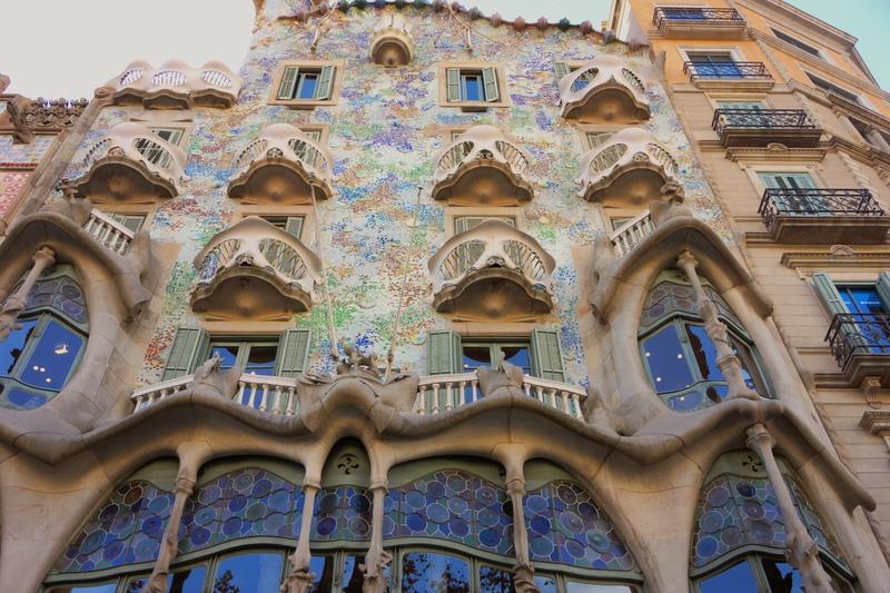 Фасад дома Бальо, архитектор – Антонио Гауди, Барселона, Испания