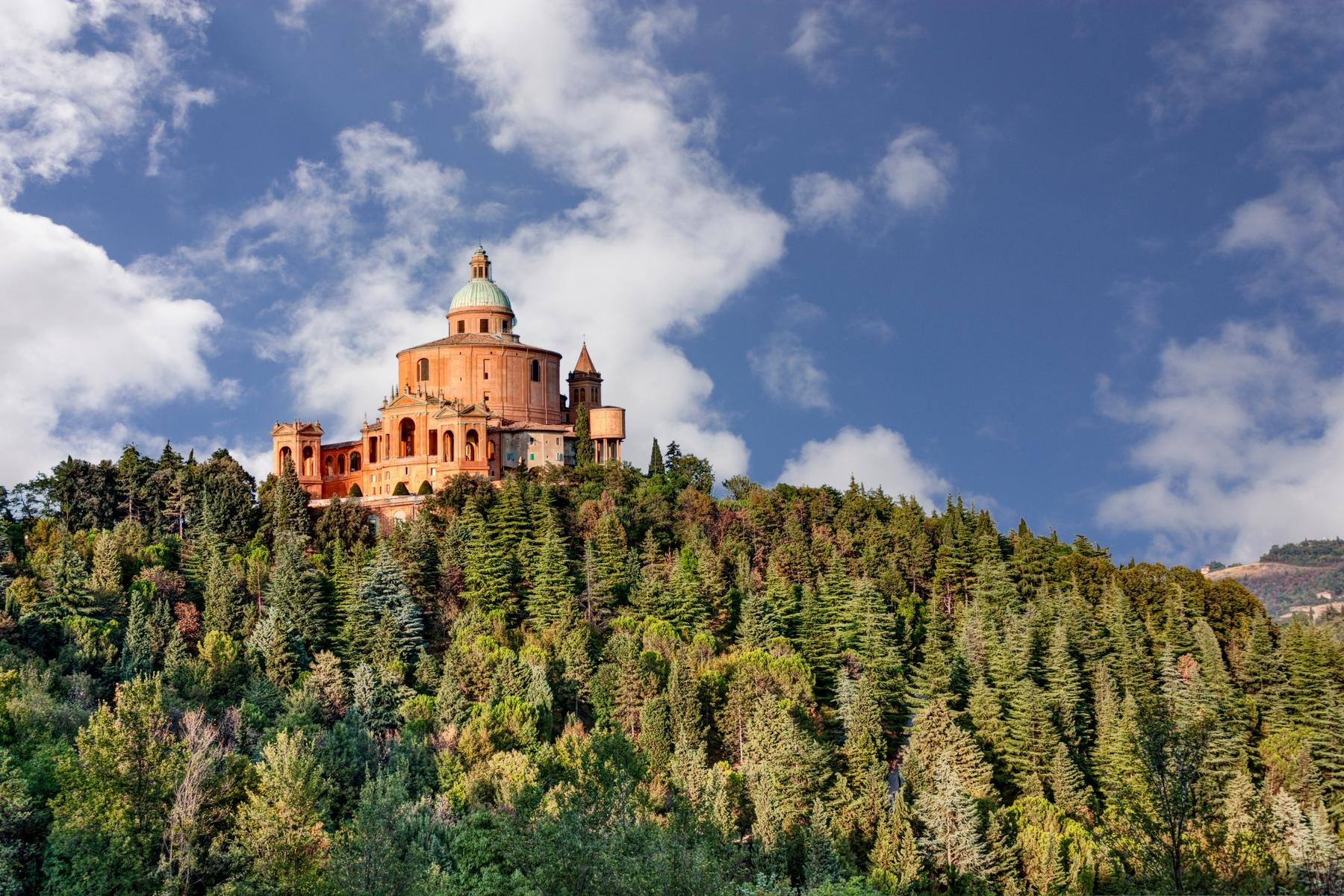 Церковь Мадонна-ди-Сан-Люка на лесистой горе.