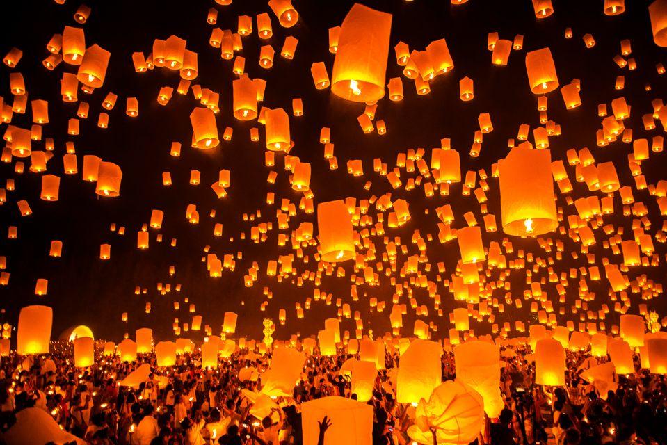 Φανάρια υψώνονται στον ουρανό ως μέρος του φεστιβάλ Υi Peng, ένα απ' τα τοπ πράγματα που θα κάνετε σ' ένα ταξίδι στην Ταϊλάνδη