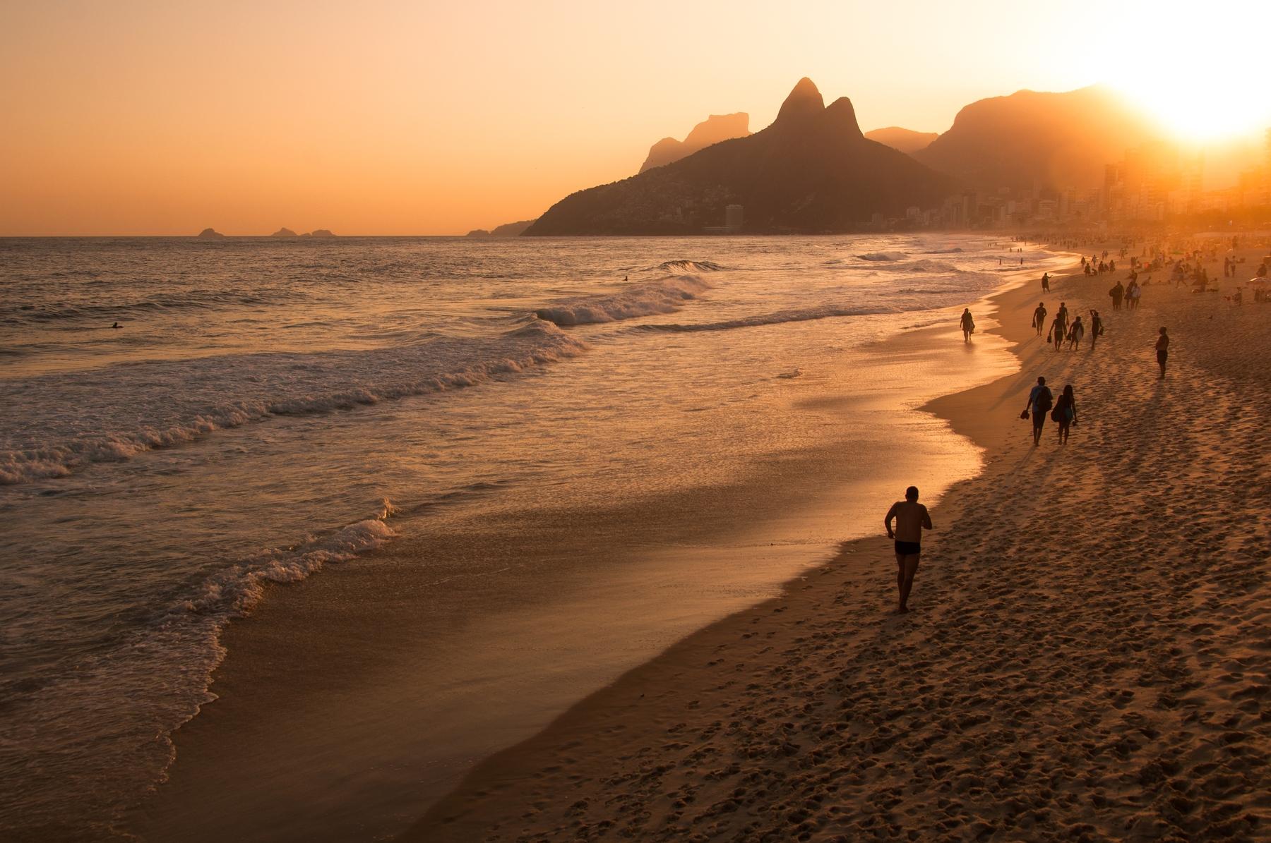 Пляж Ипанема в Рио-де-Жанейро на закате