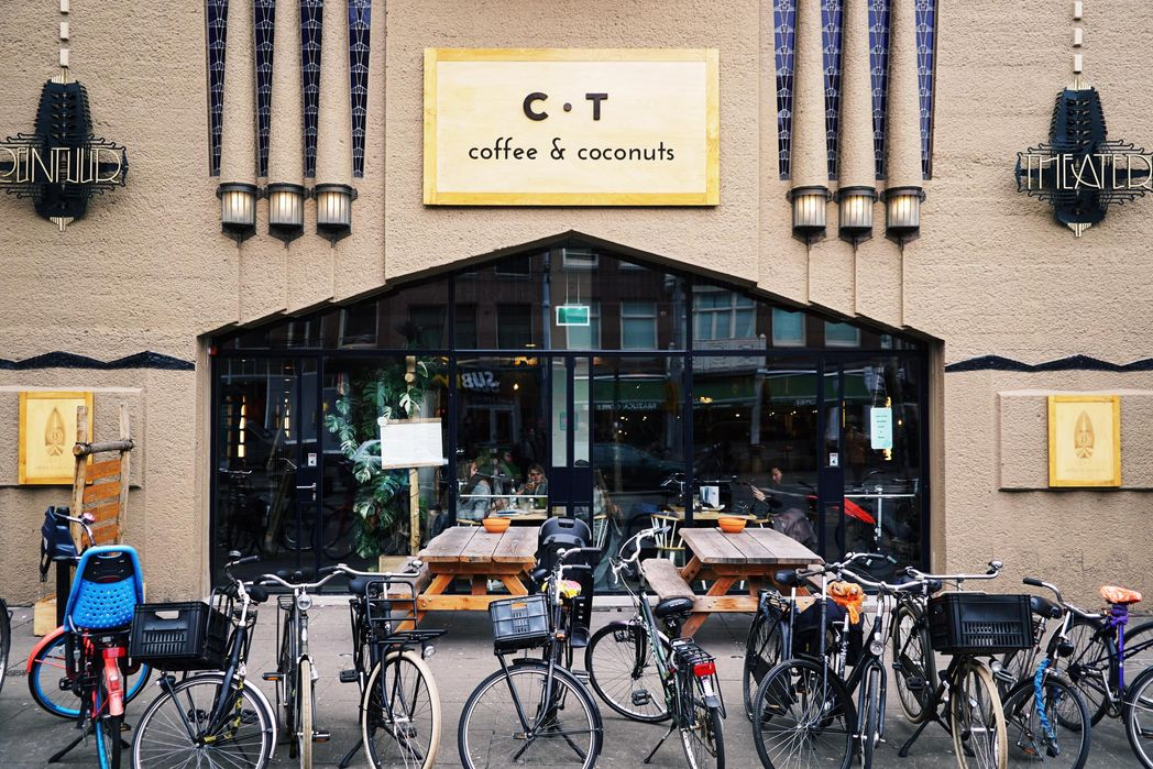 Ποδήλατα παρκαρισμένα έξω από καφέ στο Άμστερνταμ - βιώσιμος τουρισμός, top tips