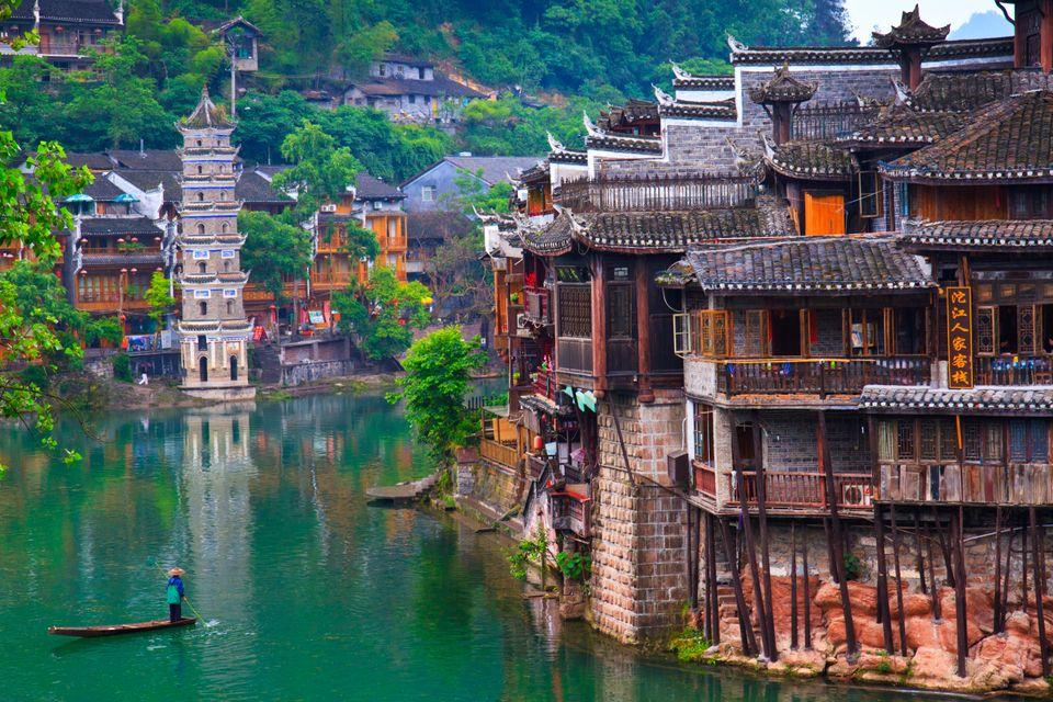 Хижины на деревянных столбах в древнем китайском городке Фэнхуан